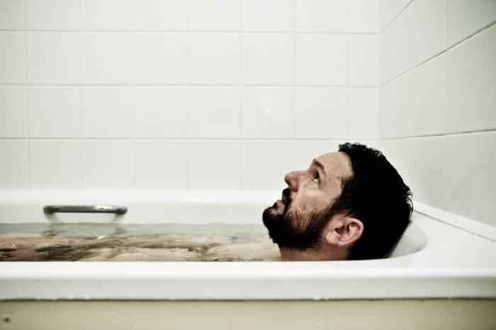 Ngâm mình trong bồn nước muối để thư giãn
